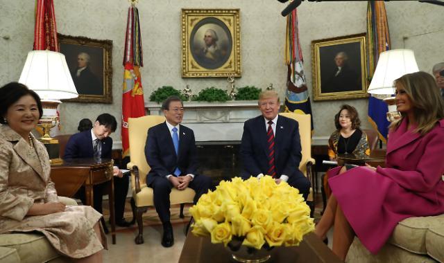 """외교부, 2분독대 보도 반박… """"한미정상 충분한 시간두고 협의"""""""