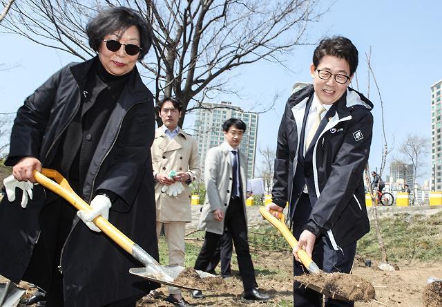 [포토] 기념식재 하는 조명래 환경부 장관과 이은희 한국기후환경네트워크 상임대표