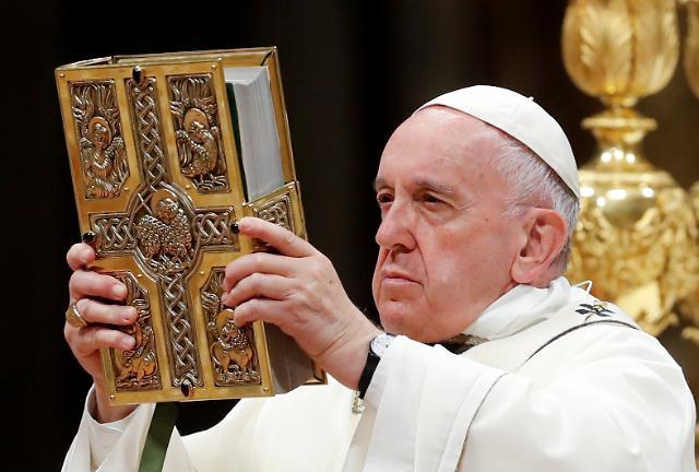 [포토] 부활절 전야 미사 집전하는 교황