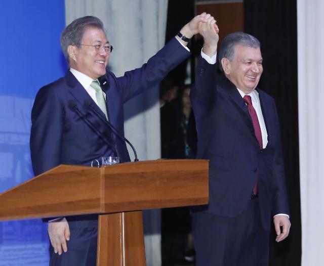 韩总统文在寅抵达哈萨克斯坦