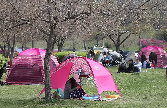 """한강 텐트, 사방 가리면 과태료 부과…누리꾼 """"아예 텐트 금지 시켜야"""""""