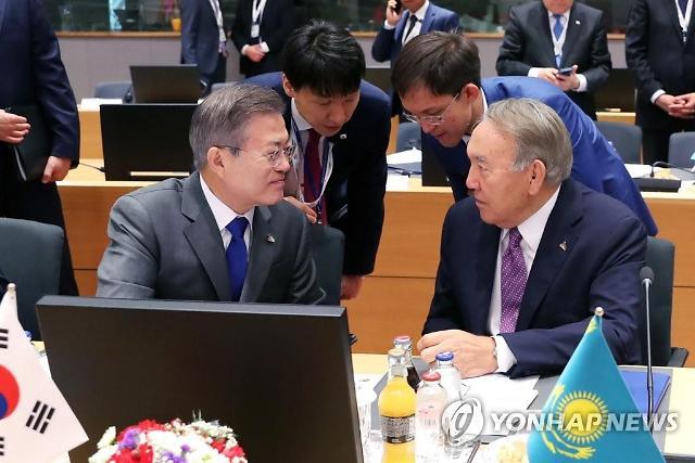 文대통령, 카자흐 초대 대통령과 비핵화 모델 공유