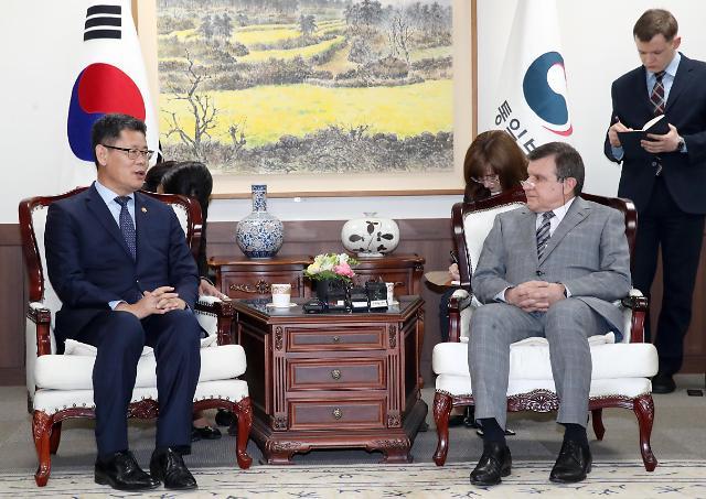 韩统一部长官金炼铁会见俄国驻韩大使库里克