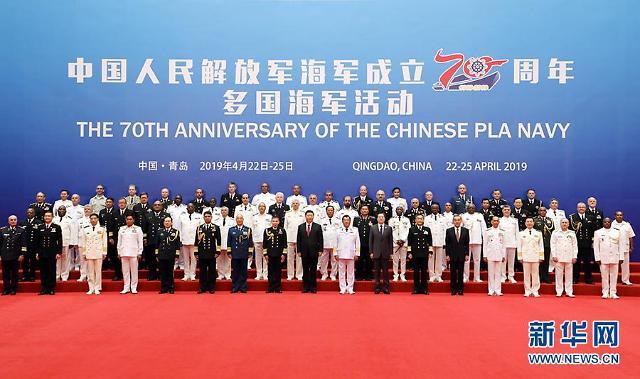 """시진핑, 군사력 과시하며 """"무력 대신 평화로""""…대규모 해상 열병식"""