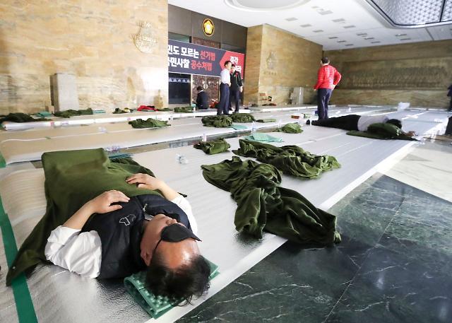 [포토] 국회 바닥에 드러누운 자유한국당 의원