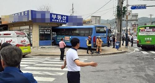 [포토뉴스]인천 영종도서 버스 1층 부동산건물로 돌진