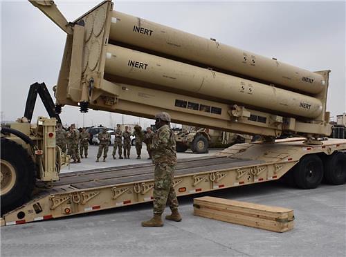 """驻韩美军进行""""萨德""""发射架模拟弹加装训练"""