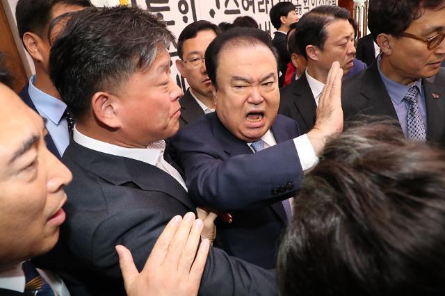 """문희상과 접촉한 임이자 한국당 의원 """"성적 수치심 느낀다"""""""