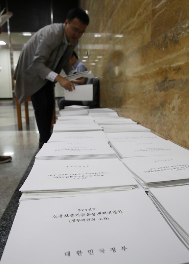 6.7조 규모 추경 국회 제출…본회의 처리는 '깜깜'