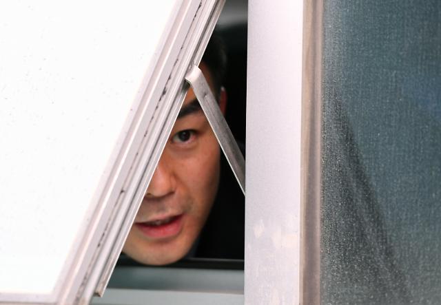 채이배 의원, 창문 틈 사이로 기자회견…감금상태