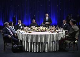 .朝俄首脑共进晚餐并发表讲话.