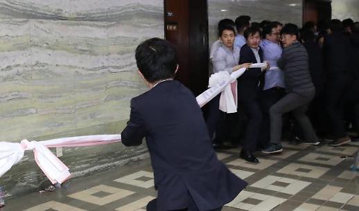 [포토] 국회 운동회 첫번째 종목은 줄다리기