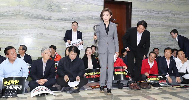 쇠지렛대·망치 등장…동물국회 넘어 공구 국회 논쟁