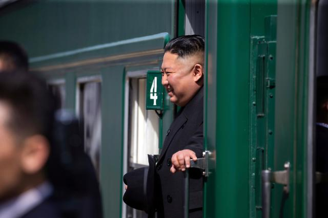 """北 """"김정은, 러시아서 오늘 새벽 귀환""""…방러 만족한 듯 활짝"""