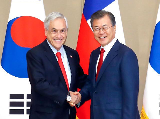 韩国总统文在寅同智利总统举行会谈