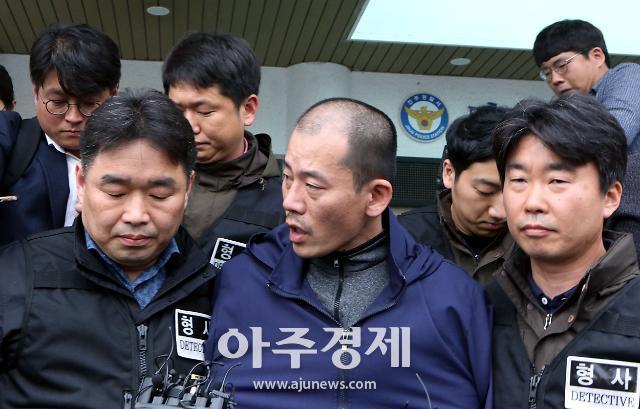 경찰관에 침 뱉었다고 구속? ... 법원 판단 뒤엔 '정신질환'