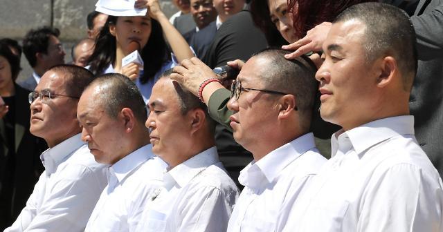 韩在野党议员集体削发示威