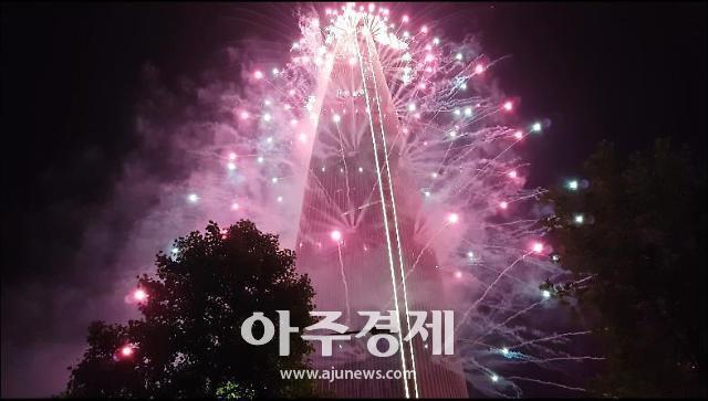 [동영상]2019 롯데월드타워 불꽃축제, 5월 밤하늘 환상적으로 수놓은 수만발 폭죽들