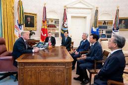 .美总统特朗普在白宫会见乐天会长辛东彬.