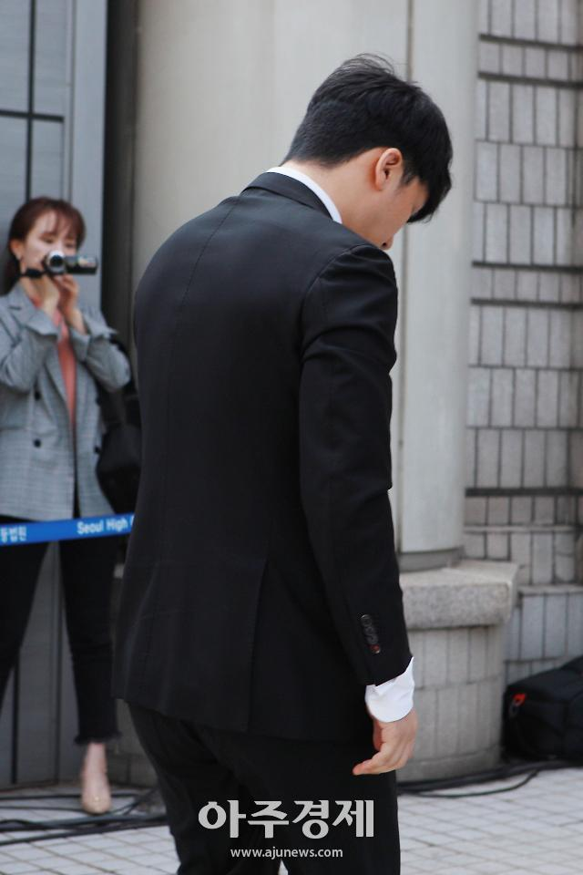 [포토] 힘없이 법원 출석하는 승리