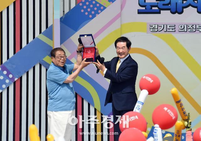 [포토] 전국노래자랑 송해에 감사패 주는 안병용 의정부시장