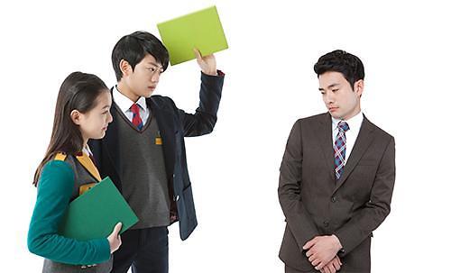 校园变成暴力场?韩频现学生辱骂殴打老师事件