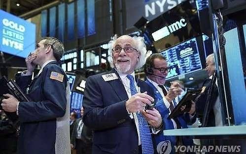 """[全球股市]特朗普""""进口车关税最多推迟6个月"""" 纽约道琼斯指数上涨0.45%"""