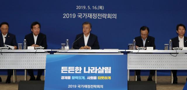 文대통령, 국무위원들과 혁신적 포용국가 위한 재정운용 방향 논의