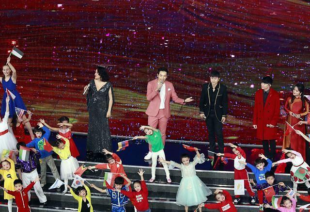 中 시진핑 앞에서 공연한 가수 비... 한한령 해제 신호?