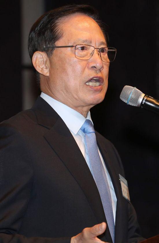"""송영무 """"김정은, 자유민주사상에 접근"""" 발언에 비판 쏟아져"""