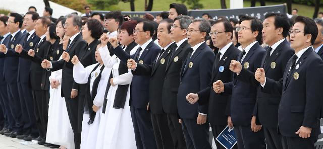 3년 전과 달라진 황교안, 5.18 기념식서 임을 위한 행진곡 제창