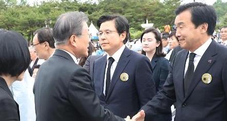 文 지지율 50% 근접…한국당 막말 여파, 민주당 격차 두자릿수