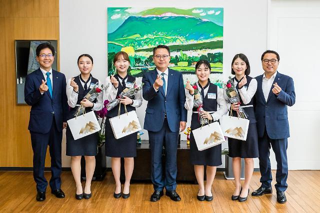 송종욱 광주은행장 성년이 된 직원들에게 선물
