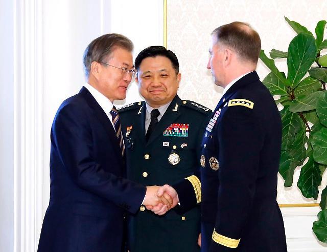 文在寅宴请韩美军方首脑 强调双方合作的重要性