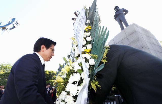 """文 독재자 후예 발언에 """"독재자 대변인"""" 받아친 황교안"""
