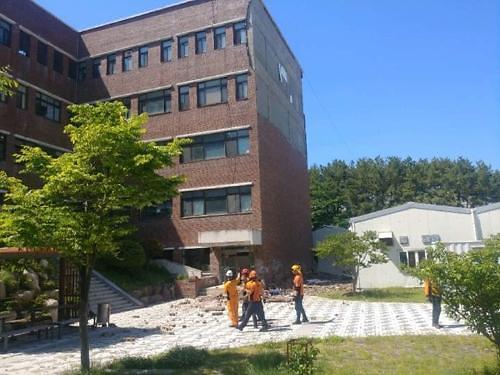 釜山大学老楼外墙脱落 一名清洁工遭不幸