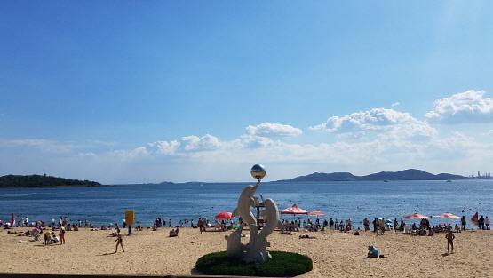 [중국포토]中 칭다오 초여름 날씨...해수욕장 인파 북적