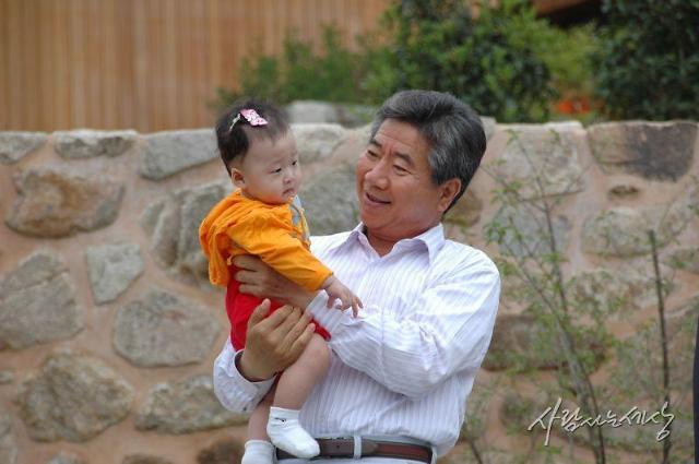 [슬라이드 화보] 故노무현 10주기, 아이들에게 친절했던 봉하마을 할아버지