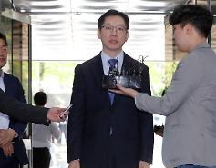 """'노무현 전 대통령 서거 10주기' 법원 온 김경수 """"너무 아쉽다"""""""