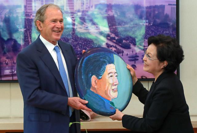 [포토] 노무현 전 대통령 초상화 선물하는 부시 전 대통령