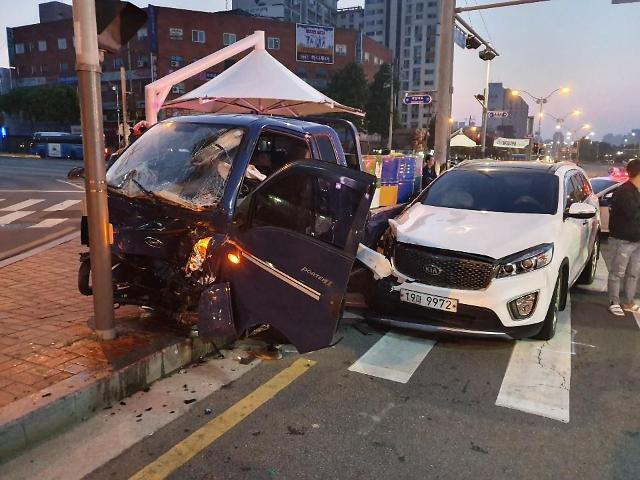 [포토뉴스]인천시 계양구 작전역 사거리에서 1톤트럭과 SUV차량 충돌