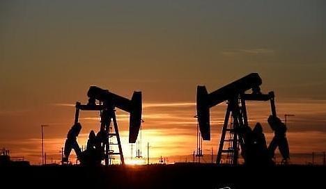 Thâm hụt thương mại của Mỹ vẫn tồn tại ... Giá dầu quốc tế giảm 5,99%