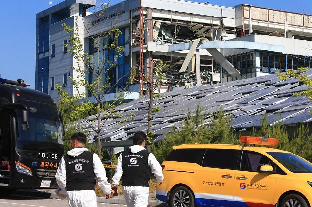 [슬라이드 화보] 전쟁터 방불케하는 강릉벤처공장 수소탱크 폭발 현장