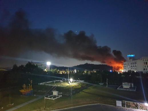 [포토] 수소탱크 폭발사고 현장 인근 공장 화재