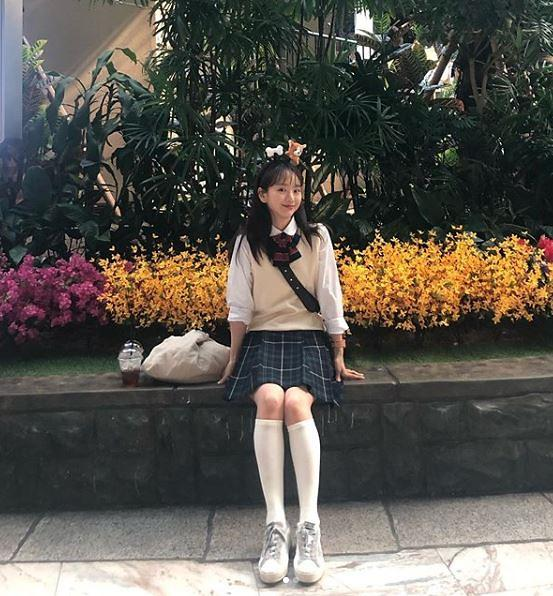 [슬라이드 #SNS★] 원진아 교복핏 실화?…나이를 가늠할 수 없는 동안 외모 눈길