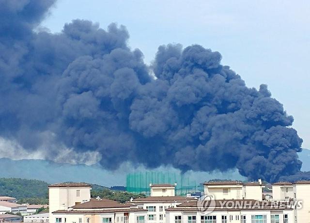 김해 진영 불(화재) 대응 2단계…까만 연기가 하늘 뒤덮었다