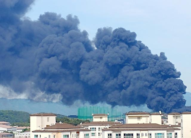 [포토] 하늘 뒤덮은 검은 연기