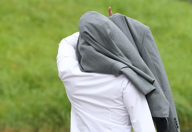 [포토] 비오는 출근길 우산은 필수