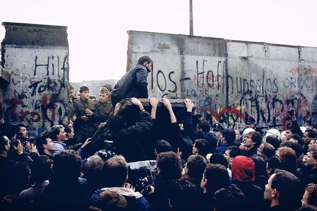 베를린 장벽의 데이비드 보위처럼, BTS  판문점공연을