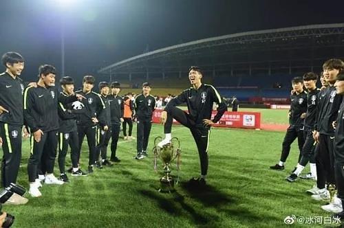 한국 U-18 축구대표팀, 중국대회 우승컵에 '소변 시늉' 모독 세리머니 논란